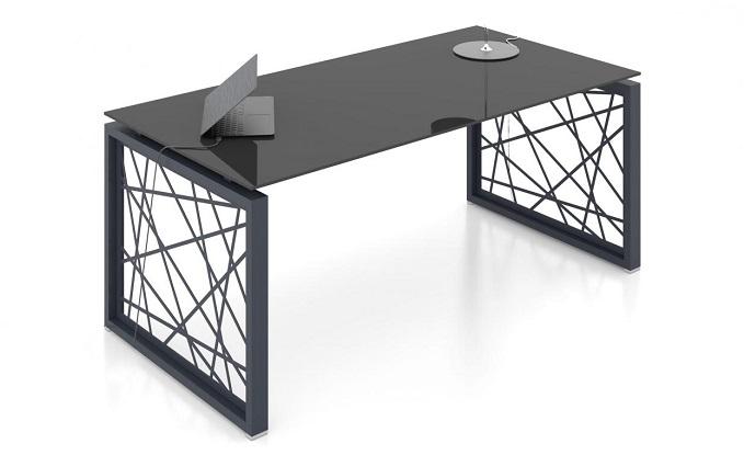 Стеклянный письменный стол на металлических опорах